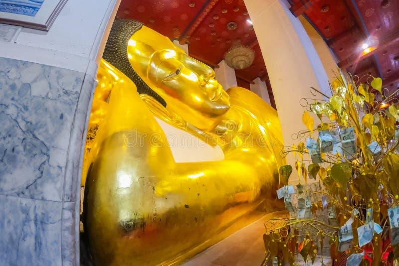 Statistik för stora guldbudgetar vid Wat Phra Non Chaksi, Singburi, Thailand Vackra med den historiska staden i budgettemplet arkivbild