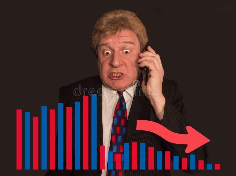 Statistiken kartlägger och pensionären en man i affärsdräkt som talar på telefonen arkivbild