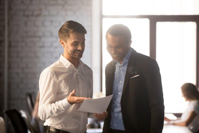 Statistiques financières d'exposition enthousiaste des employés au patron heureux image stock