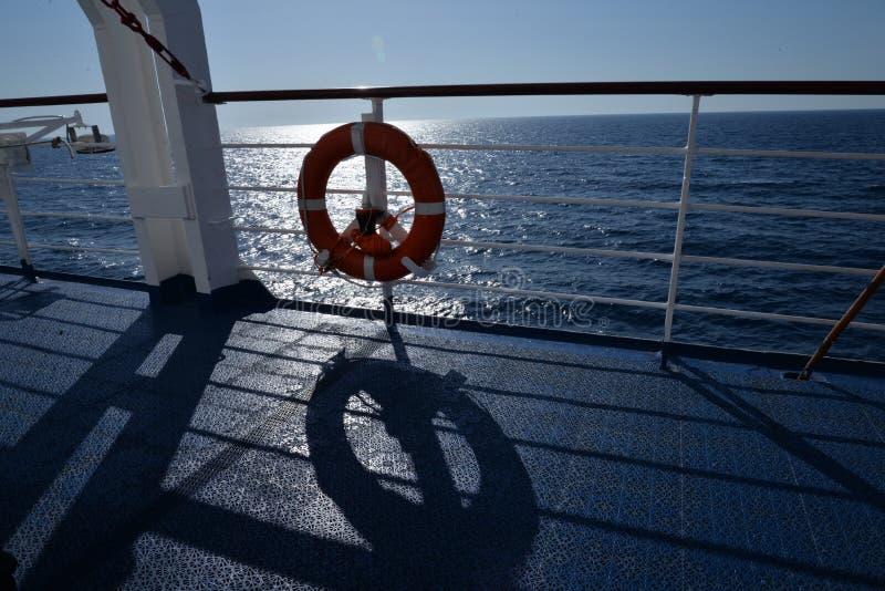Statków poręcze i lifebelt Adriatycki morze widzieć od promu fotografia stock
