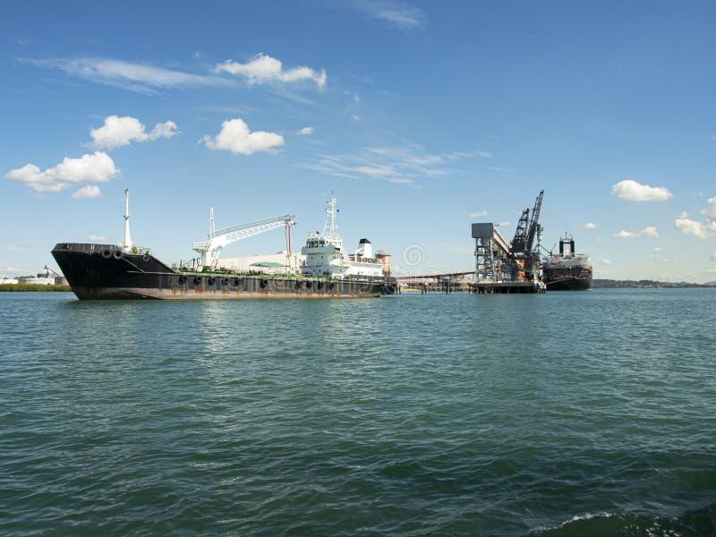 Statki berthed przy węglowym ładowacza śmiertelnie portu gladstone fotografia royalty free