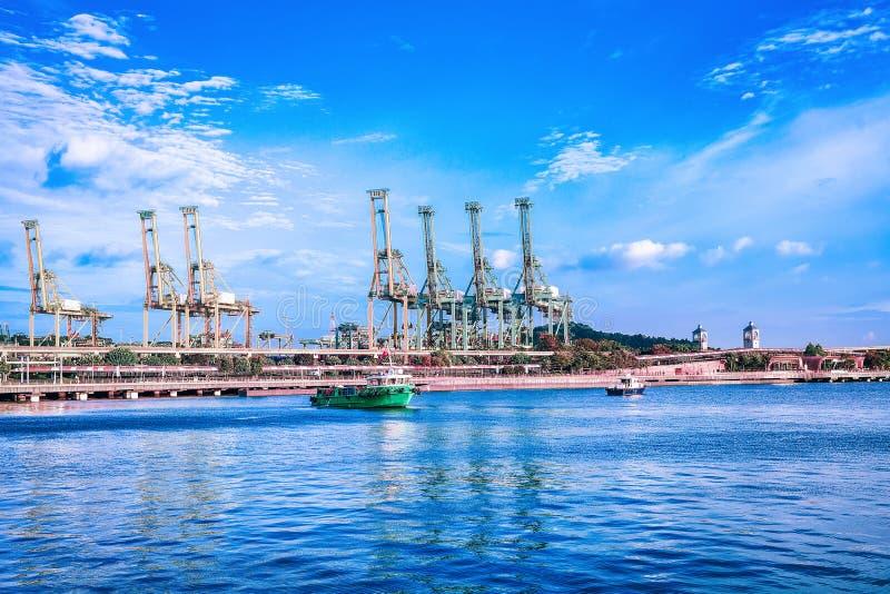 Statki i ładunków żurawie w Sentosa wyspie Singapur fotografia royalty free