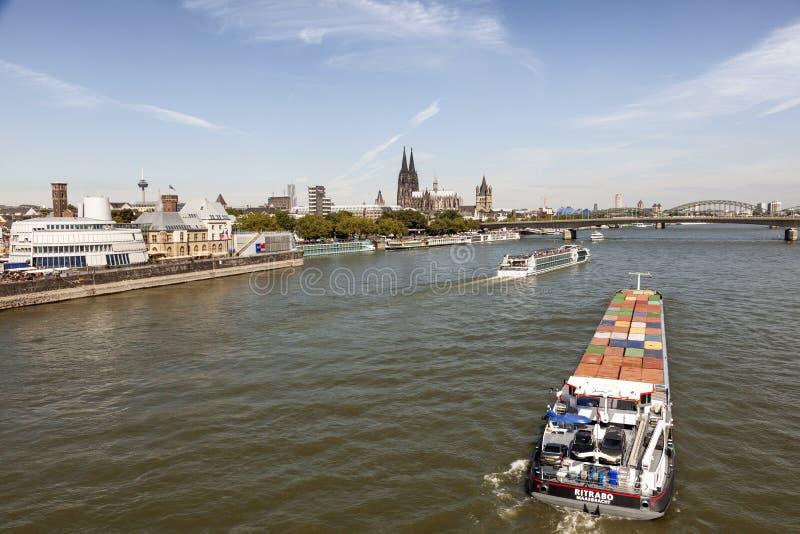 Statki na Rhine rzece w Kolonia, Niemcy zdjęcie stock