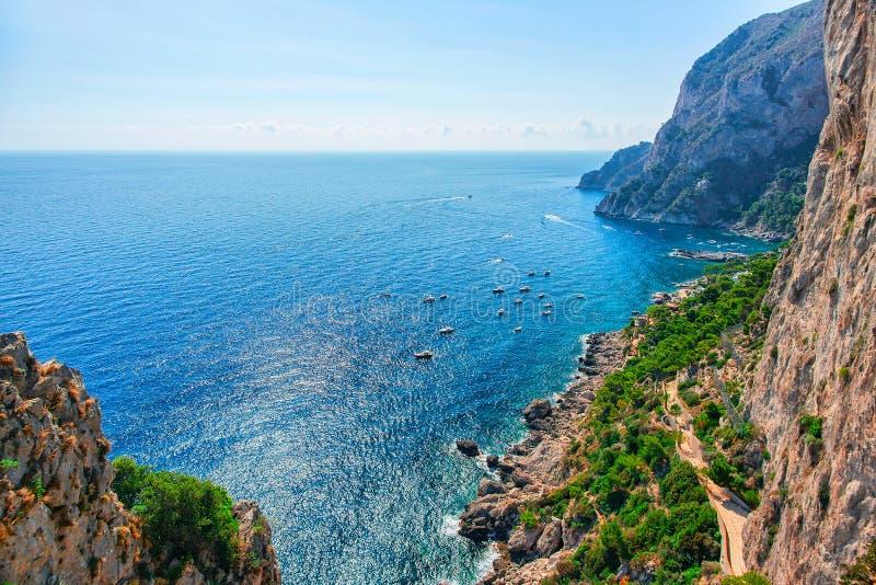 Statki przy Marina Piccola i Tyrrhenian morzem Capri wyspa zdjęcie royalty free