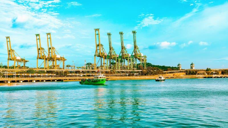 Statki Singapur i ładownicza żurawia Sentosa wyspa obrazy royalty free
