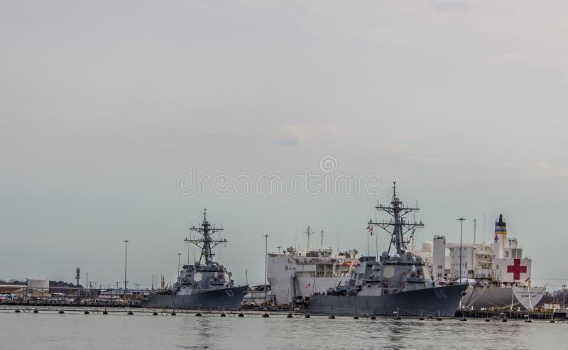 Statki wojenni wliczając okrętu szpitalnego w Norfolk Virginia fotografia royalty free