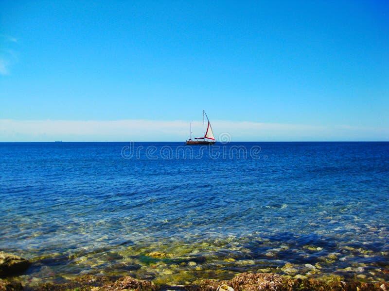 Statku dopłynięcie w morzu obraz royalty free