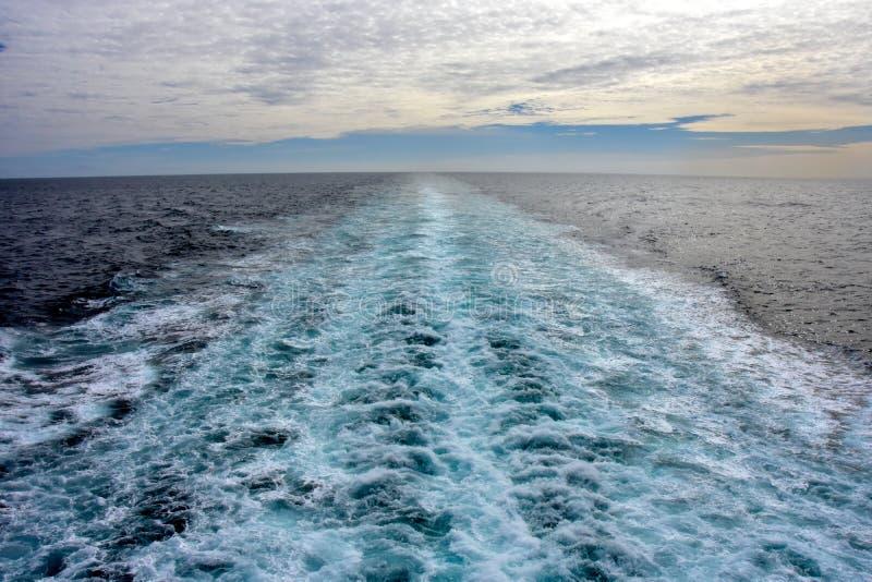 Statku kilwater na statku wycieczkowym zdjęcia royalty free
