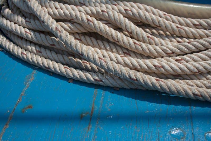 Statku linowy szczegół na turkusowym drewnianym tle fotografia royalty free