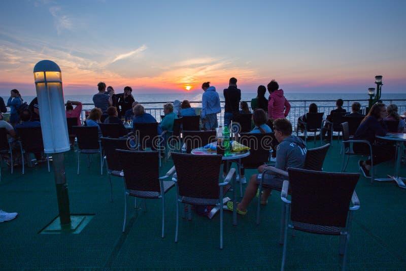 Statku pokład Zaludnia przy morzem i zmierzch Fala i natura zdjęcia royalty free