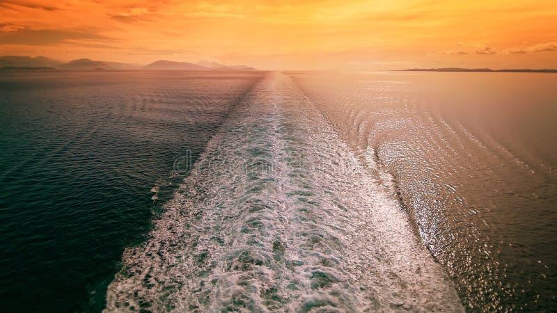 Statku Wycieczkowego kilwater w morzu śródziemnomorskim przy zmierzchem - podróż wakacje fotografia royalty free