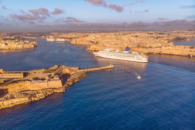 Statku wycieczkowego liniowa port Valletta, Malta wschód słońca Widok z lotu ptaka fotografia fotografia stock