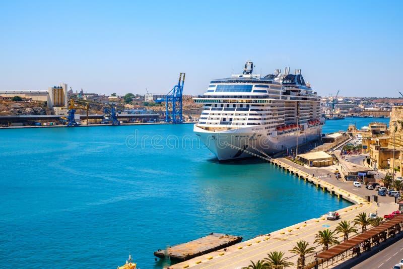 Statku wycieczkowego msc bellissima w Valletta porcie zdjęcie stock
