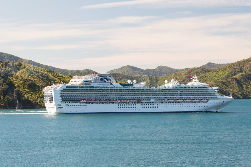 Statku wycieczkowego Princess Diamentowy żeglowanie w Nowa Zelandia nawadnia obraz stock