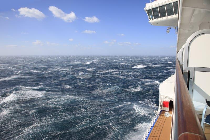 Statku wycieczkowego widok od balkonu szorstcy morza i niebieskie niebo zdjęcia stock