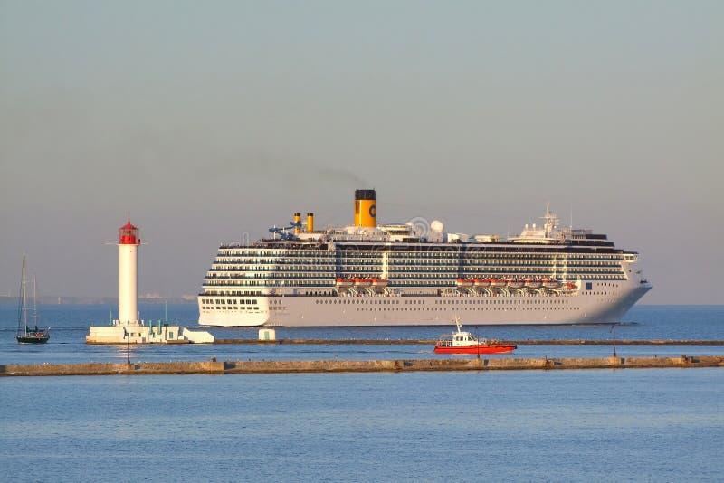 Statku wycieczkowego wyjście od portu Odessa obrazy stock