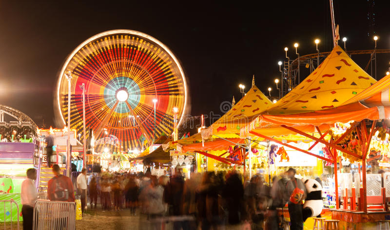 Statlig ganska karnevalnöjesgata spelar ritter Ferris Wheel royaltyfri foto