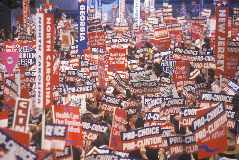 Statliga delegationer på den presidents- berömmen av den 1992 demokratiska regeln i Madison Square Garden, Manhattan, New York royaltyfri bild