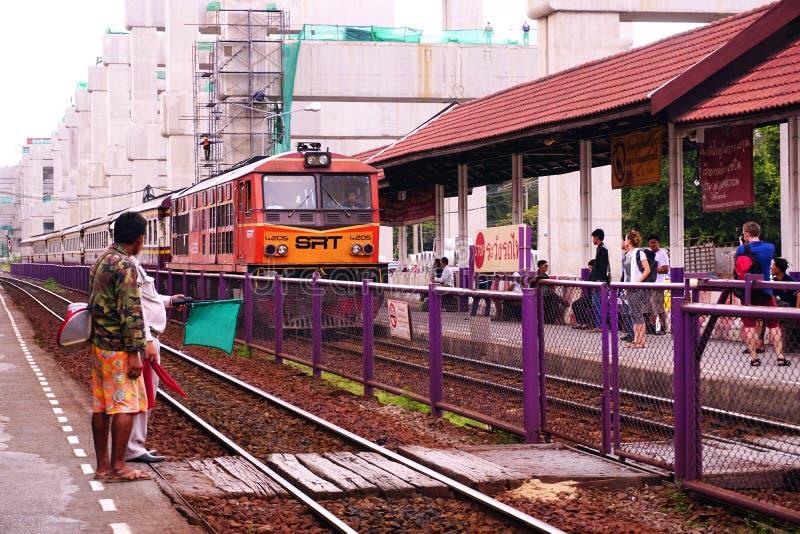 Statliga järnvägar av lokomotivet Thailand SRT den orange diesel- för elektriskt drev som parkeras på den Donmuang järnvägsstatio arkivfoto