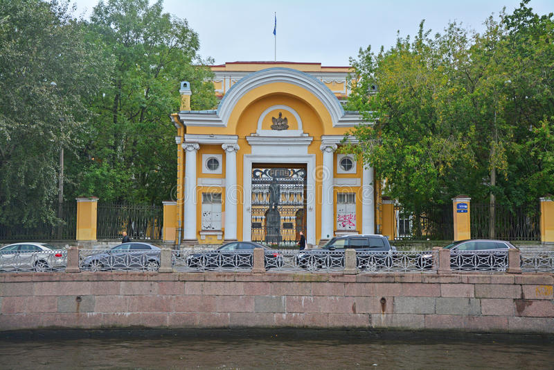 Statligt pedagogiskt universitet av A I Herzen på den Moika floden i St Petersburg, Ryssland fotografering för bildbyråer