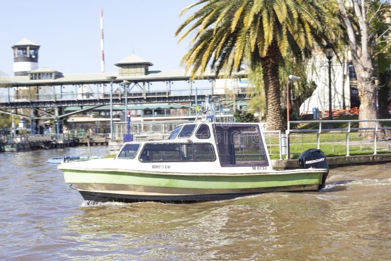 Stato di Tigre Buenos Aires/Argentina 06/18/2014 Navigazione della barca nel delta Tigre Buenos Aires Argentina di Parana fotografia stock libera da diritti