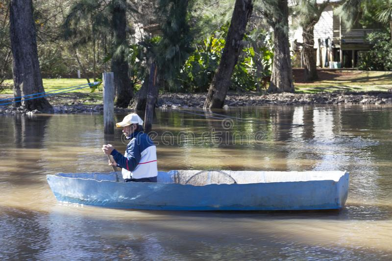 Stato di Tigre Buenos Aires/Argentina 06/17/2014 Uomo che rema in barca nel del Parana, Tigre Buenos Aires Argentina di delta fotografie stock