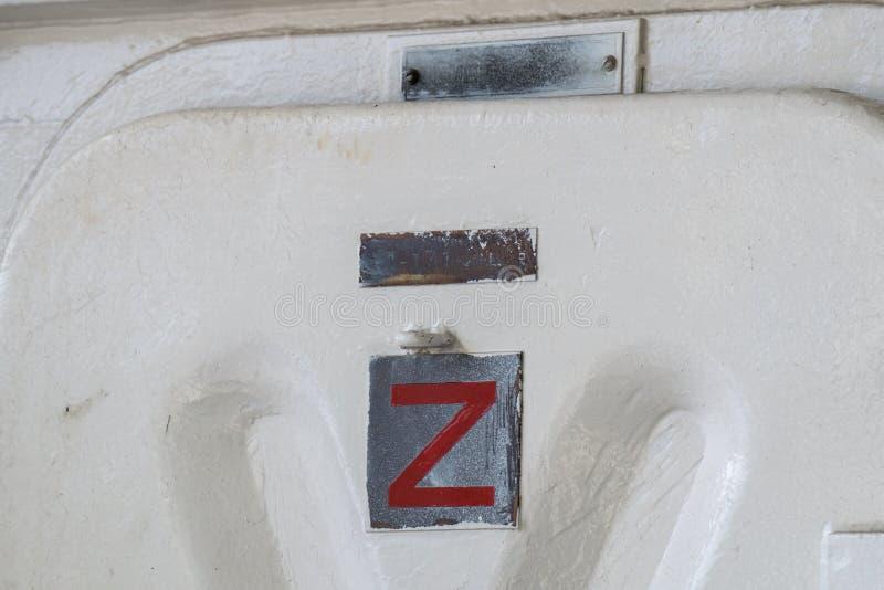 Stato materiale del segno del ` della zebra Z del ` di prontezza sulla porta stretta dell'acqua del ` s della nave della marina m fotografia stock libera da diritti