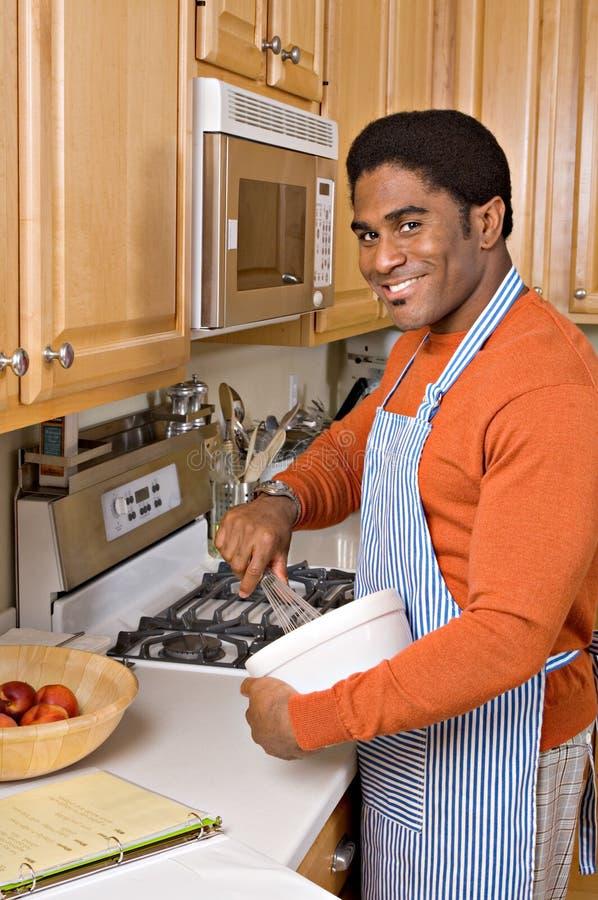 Stattliche African-Americanmannköche in der Küche stockbilder