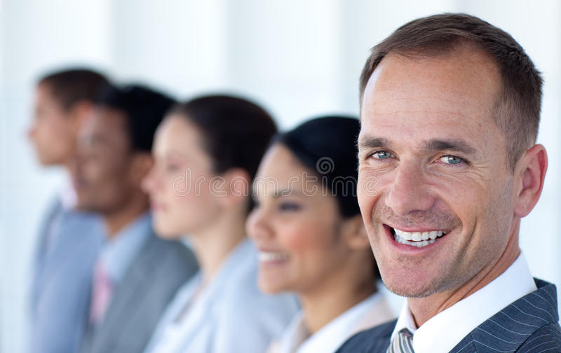 Stattliche Führung in einer Reihe mit seinem Team stockfoto