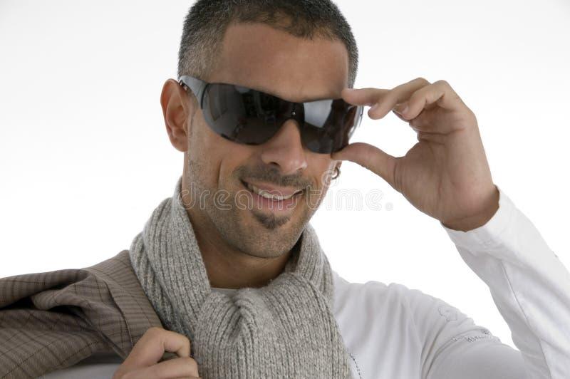 Stattliche männliche Holding eyewear stockfotografie