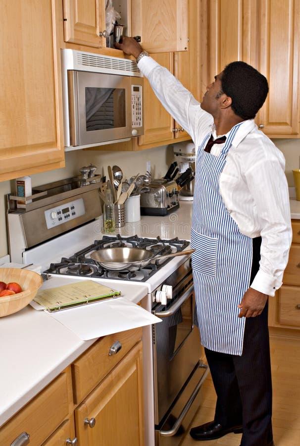 Stattlicher African-Americangeschäftsmann in der Küche stockfoto
