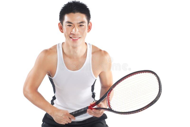 Stattlicher chinesischer Tennisspieler, der mit Schläger aufwirft stockbild