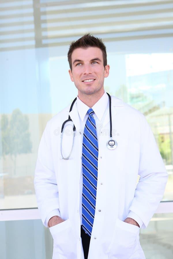 Stattlicher Doktor am Krankenhaus lizenzfreies stockbild