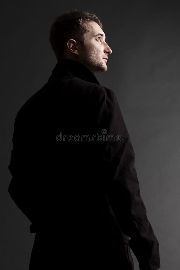 Stattlicher erwachsener Mann, der oben schaut stockfotos