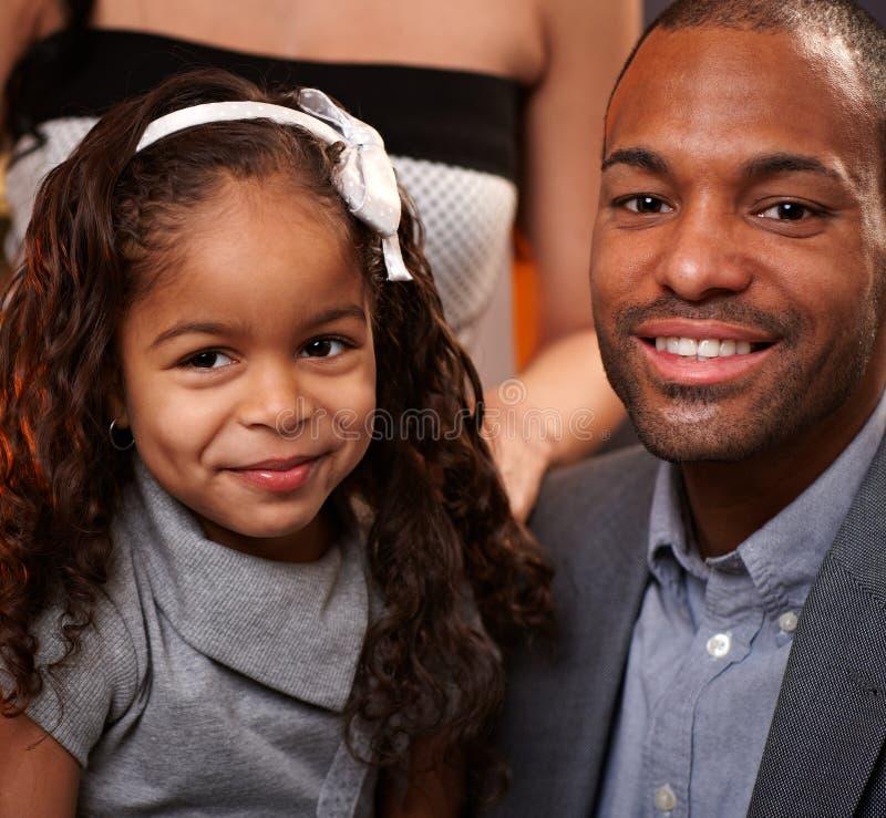 Stattlicher ethnischer Mann und kleine Tochter lizenzfreie stockbilder
