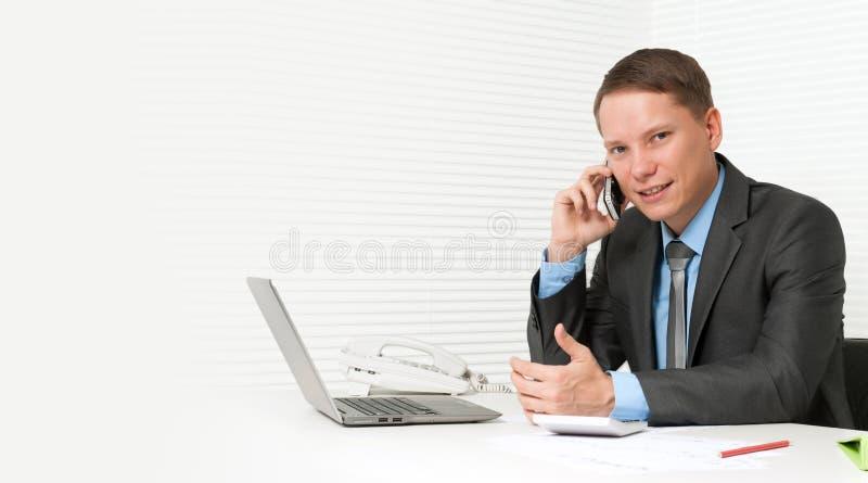 Stattlicher Geschäftsmann, der Handy verwendet lizenzfreie stockbilder