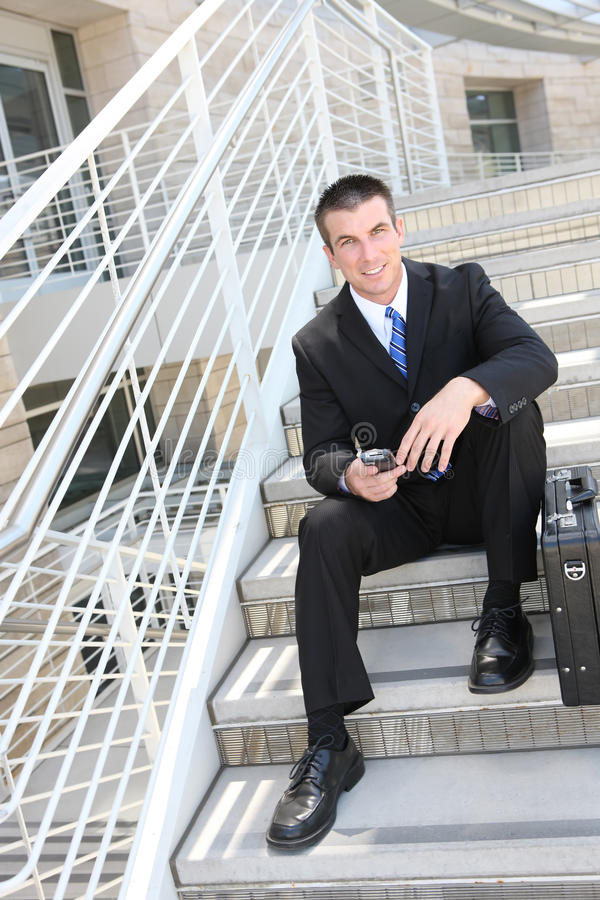 Stattlicher Geschäftsmann im Büro lizenzfreie stockfotos