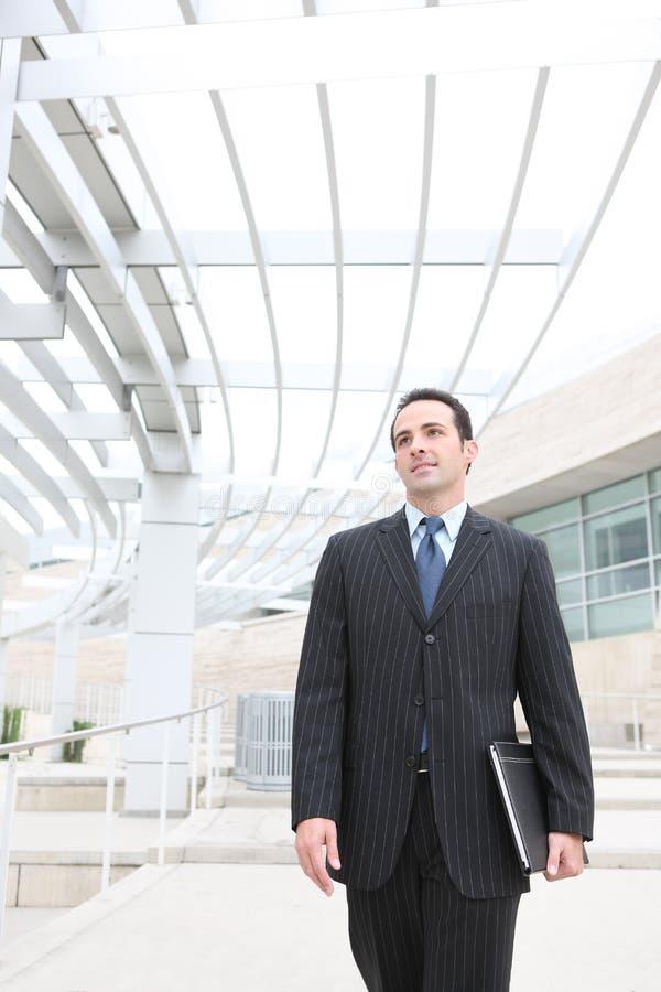 Stattlicher Geschäftsmann im Büro stockfoto