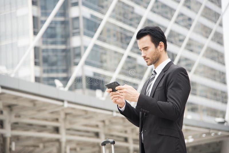 Stattlicher Geschäftsmann unter Verwendung des Handys Kommunikation lizenzfreie stockfotos