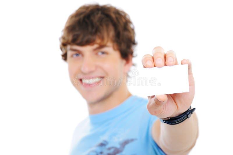 Stattlicher glücklicher Kerl, der die unbelegte Karte zeigt lizenzfreie stockfotografie