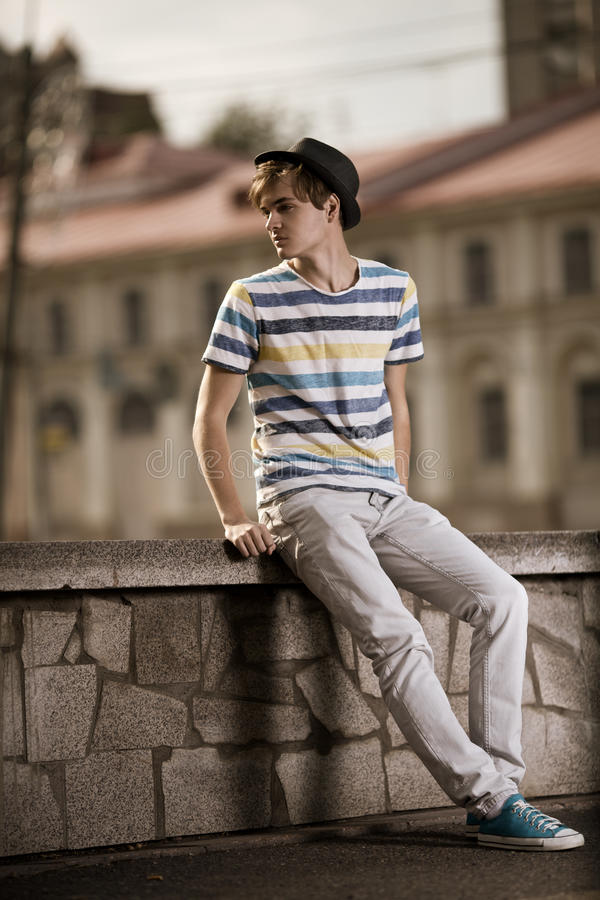Download Stattlicher Glücklicher Mann Im Freien Stockfoto - Bild von trendy, freundlich: 26373756