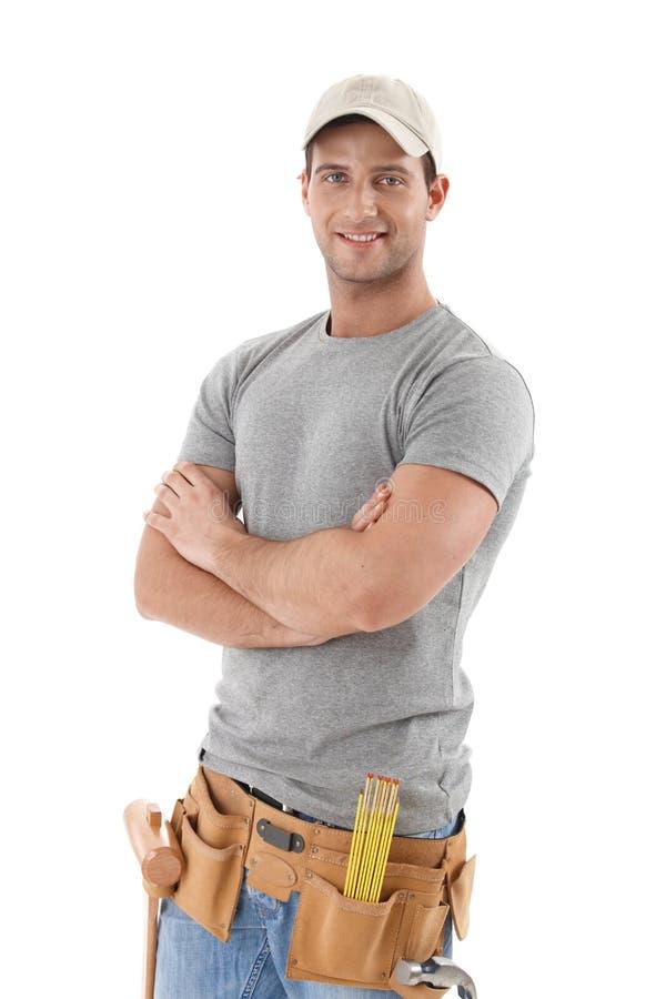 Stattlicher Heimwerker im Baseballhut stockfotos