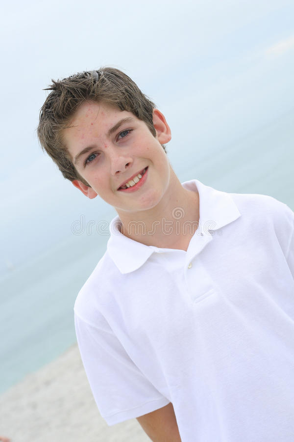 Stattlicher Junge auf dem Strandwinkel lizenzfreie stockbilder