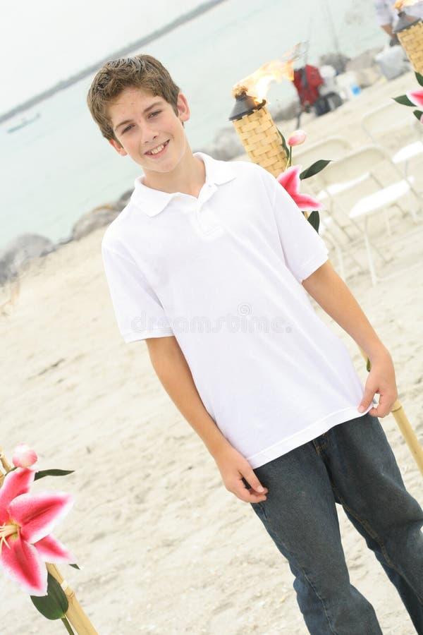 Stattlicher Junge am Strand stockfotografie