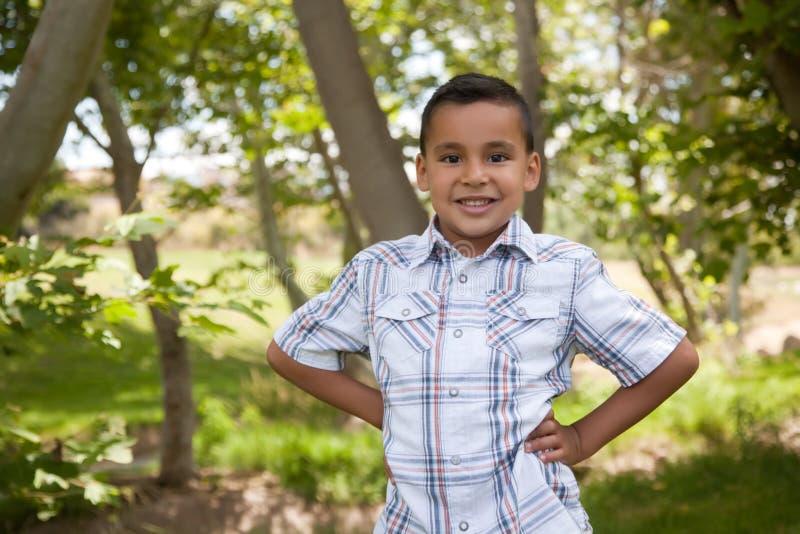 Stattlicher junger hispanischer Junge im Park lizenzfreies stockbild