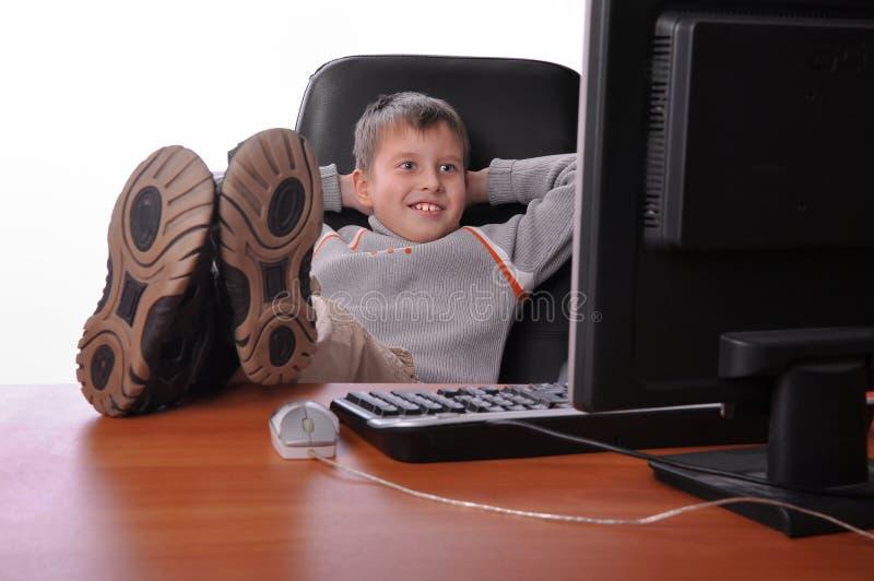 Stattlicher junger Junge, der im Büro sich entspannt stockbild
