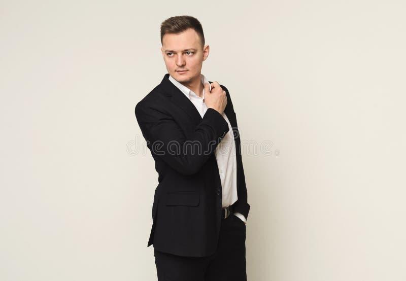 Stattlicher junger kaukasischer Geschäftsmann lizenzfreie stockfotos