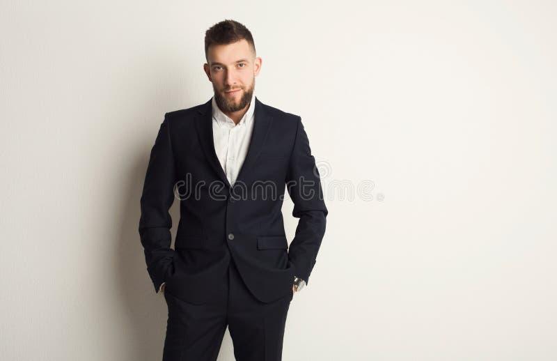 Stattlicher junger kaukasischer Geschäftsmann stockfoto