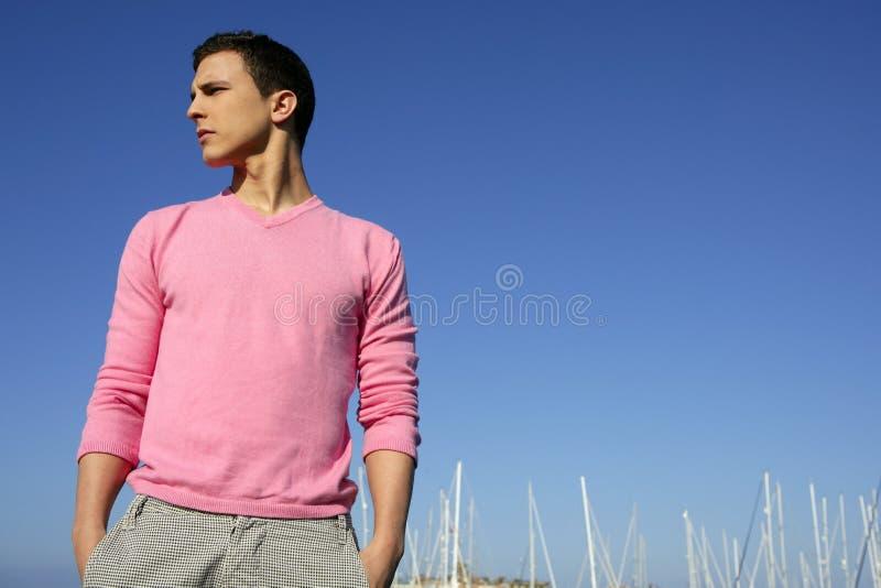 Stattlicher junger Mann auf Sommer im Hafen lizenzfreies stockfoto