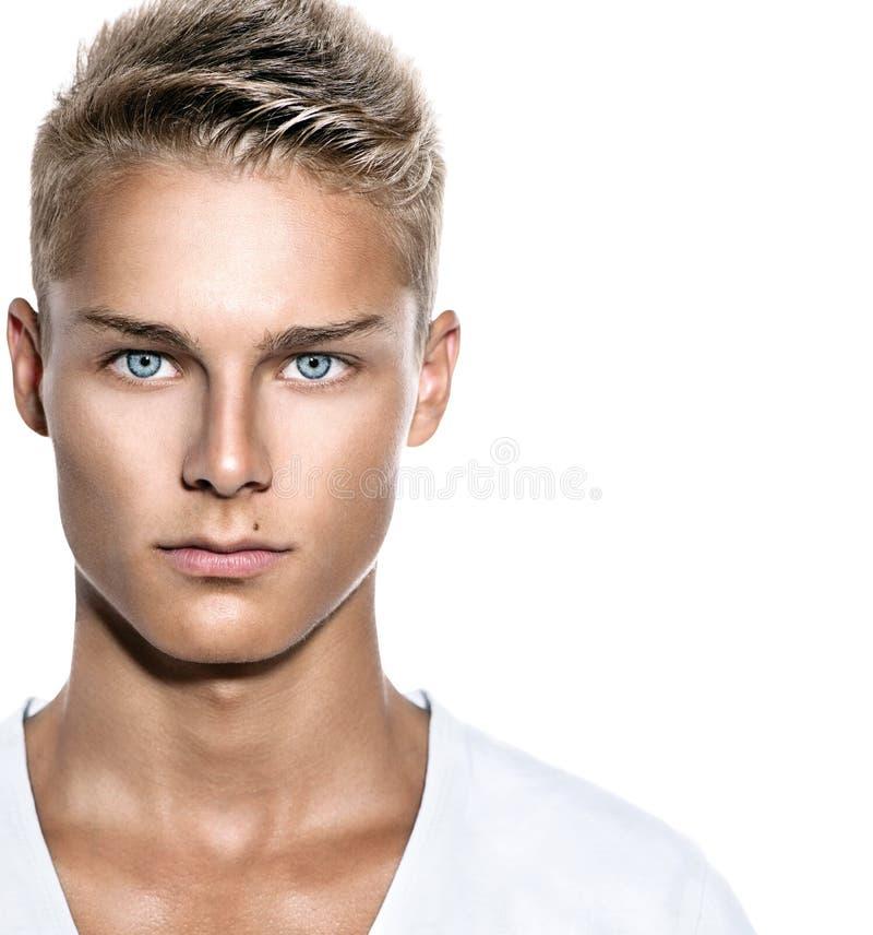 Stattlicher junger Mann getrennt auf Weiß lizenzfreies stockbild